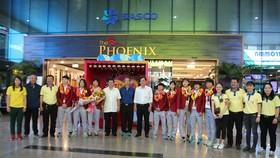 Lãnh đạo LĐBĐ TPHCM, Trung tâm thể thao Quận 1 cùng đại diện đội nữ TPHCM chúc mừng cô trò HLV Kim Chi tại sân bay Tân Sơn Nhất. Ảnh: HỮU THỊNH