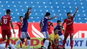 Trọng tài Duy Lân sơ cứu cầu thủ đội Bình Dương tại V-League. Ảnh: Đông Huyền