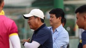 Ông Vũ Tiến Thành cạnh tân HLV Hoàng Văn Phúc trên sân Phúc Thọ chiều 28-12. Ảnh: SGFC
