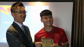 Đại diện AFC trao kỷ niệm chương tham dự VCK U23 châu Á 2020 cho đội trưởng Quang Hải. Ảnh: Đoàn Nhật