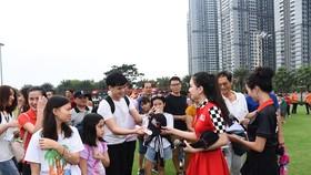 Người hâm mộ nhận quà lưu niệm tại sự kiện. Ảnh: Anh Trần
