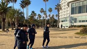 Các cầu thủ tập nhẹ vào buổi chiều sau khi ổn định nơi ăn, nghỉ. Ảnh: Đoàn Nhật