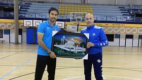Lãnh đạo đội Real Betis trao quà lưu niệm cho HLV Phạm Minh Giang. Ảnh: Anh Trần