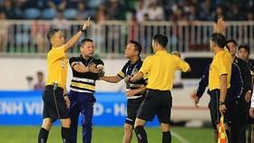 Trọng tài Duy Lân xử lý tình huống vi phạm của HLV Chu Đình Nghiêm trong trận HAGL - CLB Hà Nội. Ảnh: Minh Trần