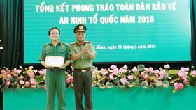 Công an TPHCM tặng giấy khen cho 1 tập thể đã có thành tích xuất sắc trong phong           trào toàn dân bảo vệ an ninh Tổ quốc giai đoạn tháng 3-2018 – 3-2019