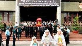 """Tiễn đưa """"anh hùng chân đất"""" Nguyễn Văn Bảy về quê nhà Lai Vung"""