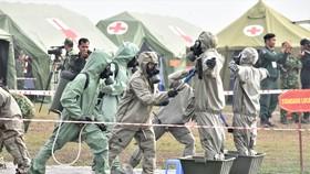 Lực lượng hóa chất của quân đội Việt Nam tiếp cận hiện trường. Ảnh: QUANG HUY