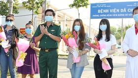 Thượng tá Hà Văn Tiến tặng hoa cho các bệnh nhân xuất viện. Ảnh: HOÀNG HÙNG