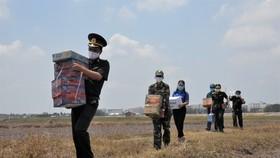 Quân khu 7 thăm hỏi, tặng quà lực lượng phòng dịch tuyến biên giới