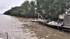 Ghe chìm trên sông Soài Rạp, 2 ngư dân bám can nhựa kêu cứu