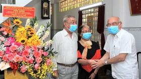 Đồng chí Phan Nguyễn Như Khuê thăm vợ chồng BS Trần Văn Bé. Ảnh: HOÀNG HÙNG