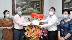 Phó Chủ tịch UBND TPHCM Dương Anh Đức thăm thầy thuốc Nguyễn Thế Dũng