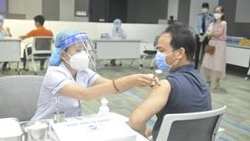 Tiêm vaccine Covid-19 tại  khu công nghệ cao TP HCM, sáng 19-6. Ảnh: CAO THĂNG