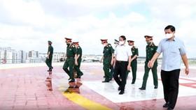 Đoàn đi thăm sân bay trực thăng cấp cứu trên nóc tòa nhà Viện Chấn thương chỉnh hình của Bệnh viện Quân y 175. Ảnh: TTXVN