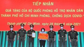 Bộ Quốc phòng tặng TPHCM 4.000 tấn gạo và 100.000 phần quà
