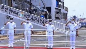 Tàu Hải quân Ấn Độ vận chuyển hàng trăm tấn vật tư y tế trao tặng Việt Nam, cập cảng TPHCM