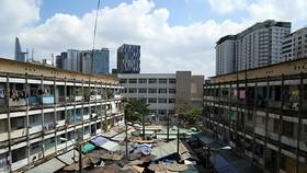 Việc cải tạo, xây dựng chung cư cũ đang giậm chân tại chỗ trong hàng chục năm qua vì vướng nhiều quy định. Ảnh: DV