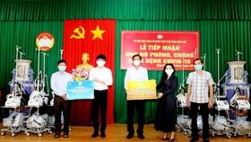 Bà Đặng Thị Kim Oanh – Chủ tịch Tập đoàn Kim Oanh trao tặng máy thở và bộ kit cho đại diện UBMT TQ VN tỉnh Đồng Nai.