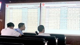 Foreign investors net buy VND200 bln as VN-Index sinks nearly 10 points