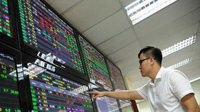 VN-Index slumps nearly 14 points