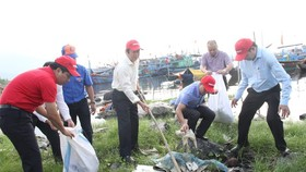 Deputy minister of the Ministry of Natural Resources and Environment participates in the program to clean the beach. (Photo: SGGP)
