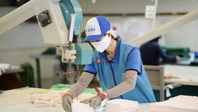 A woker making face masks at  Dong Xuan Company (Photo: Vinatex)