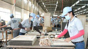 Wood processing at a company in My Phuoc Industrial Park in Binh Duong Province. (Photo: SGGP)