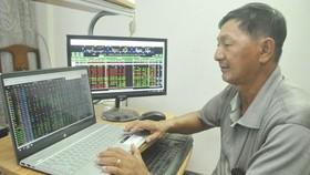 An investor monitors stocks on the HOSE. (Photo: SGGP)