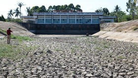 A pumping station in Tien Giang Province is dried up because of severe drought and saltwater intrusion in the dry season of 2019-2020. (Photo: SGGP)