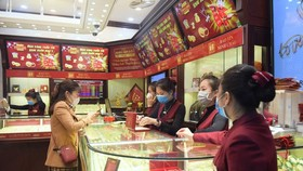 Customers buy gold at a gold store in Hanoi. (Photo: SGGP)