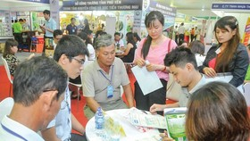 Enterprises and manufacturers meet at the conference to connect supply and demand of goods between HCMC and provinces in 2019. (Photo: SGGP)