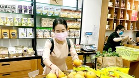 Customers buy organic foods at a grocery store in Ho Chi Minh City. (Photo: SGGP)