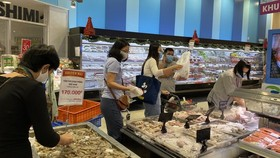 Customers go shopping at Aeon Mall Binh Tan. (Photo: SGGP)