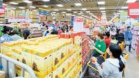 Customers go shopping at a supermarket. (Photo: SGGP)