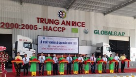 The ceremony to export the first batch of rice in 2021 by Trung An Company to Singapore and Malaysia. (Photo: SGGP)