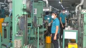 Enterprises flexibly maintain production to retain partners