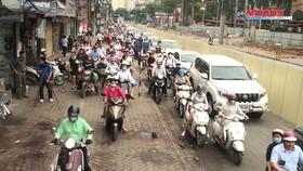 Chặn một chiều đường Cát Linh, xe cộ ùn ứ giờ cao điểm