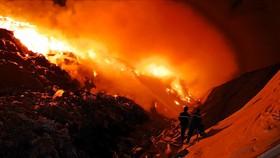 """Cần nhiều ngày để dập tắt đám cháy """"cao như núi"""" trong khu xử lý rác Tóc Tiên"""