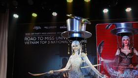 Café phin sữa đá là trang phục dân tộc của Hoàng Thùy tại Miss Universe 2019