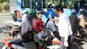 Hội Doanh nhân trẻ VN hỗ trợ tiêu thụ 40 tấn dưa hấu, thanh long cho bà con nông dân