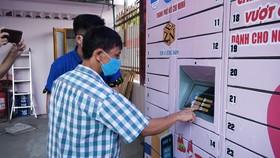 """Độc đáo """"ATM nhu yếu phẩm"""" miễn phí cho người dân có hoàn cảnh khó khăn tại TPHCM"""
