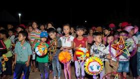 H'Hen Niê, Khánh Vân, Mâu Thuỷ, Lệ Hằng, Lê Thuý tổ chức vui tết trung thu cho trẻ em buôn làng