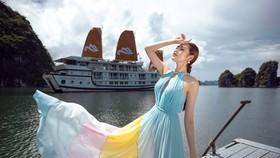 Á hậu Tú Anh tạo dáng giữa biển trời Hạ Long trong thiết kế mùa hè của Lê Thanh Hoà