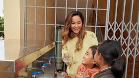 Hoa hậu H'Hen Niê trao tặng 3 hệ thống lọc nước cùng 225 suất học bổng
