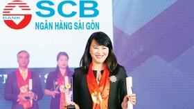 Bà Mai Thị Thanh Thủy - Phó Tổng Giám đốc Khối Doanh nghiệp đại diện SCB nhận giải thưởng Thương hiệu Mạnh Việt Nam 2018