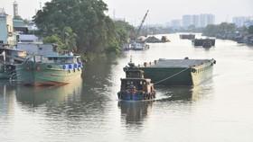 Phương tiện thủy di chuyển trên kênh Đôi. Ảnh: THÀNH TRÍ