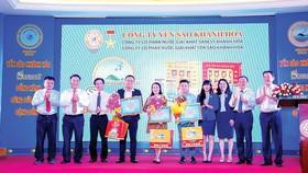 Ông Lê Hữu Hoàng - Chủ tịch Hội đồng thành viên Công ty TNHH MTV Yến Sào Khánh Hòa (người thứ hai từ phải sang) trao giải thưởng cho các tác giả đoạt giải