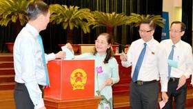 Các đại biểu bỏ phiếu bầu nhân sự HĐND TPHCM. Ảnh: VIỆT DŨNG