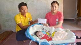 Chị Phạm Thị Phượng tiếp nhận hỗ trợ từ đại diện Quỹ Nhân ái Lý Sơn