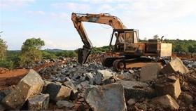 Công trường khai thác đá trái phép bị lực lượng chức năng phát hiện. Ảnh: TTXVN